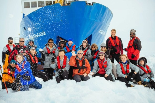 antarctica-ship-passengers