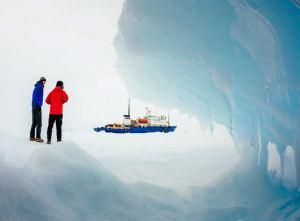 Antarctic-trapped-warming-ship