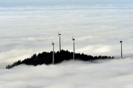 Windräder über dem Nebelmeer
